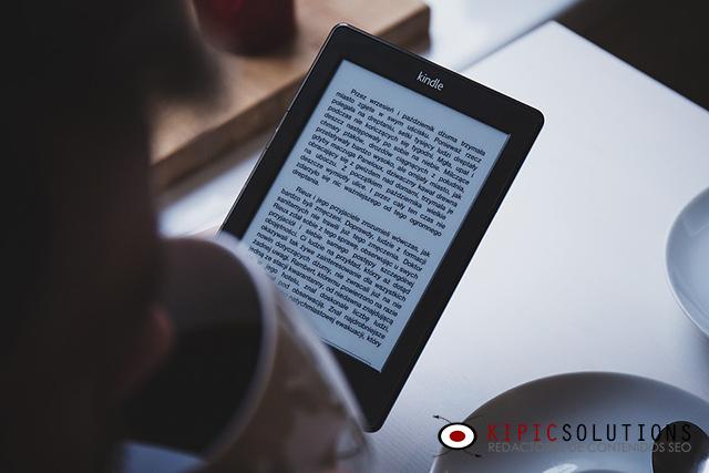Persona leyendo ebook.